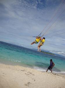 Parasailing em Fiji, algo a se fazer na vida se quiser ter na memória algo espetacular e inesquecível